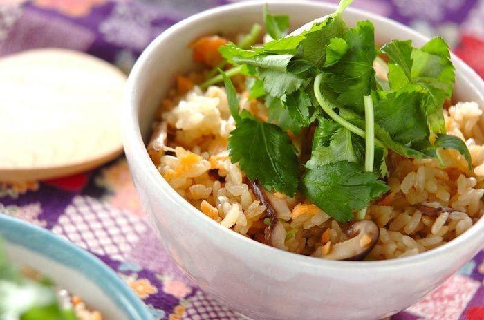 """白ご飯も美味しいですが、たまに気分を変えて炊き込みご飯にするのもいいですよね。  秋が""""旬""""のサーモンご飯は、お米を炊く時にだし汁と醤油と料理酒を加えて、同じく秋が""""旬""""の椎茸も加えて炊飯します。 炊き上がった後にスモークサーモンを加えて蒸らし、味を染み込ませたら完成です。秋の味がギュッと詰まっていますよ♪"""
