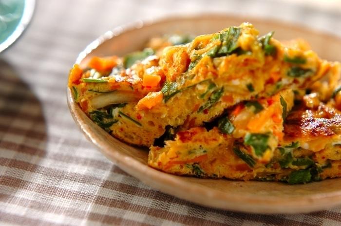 野菜とキムチを使った卵焼きは、ニラとキムチでスタミナ抜群。お酒のお供にも喜ばれそうです。  《材料 》( 2 人分 ) 卵3個 ニラ30g ニンジン15g 白菜キムチ50g しょうゆ小さじ2/3 ゴマ油適量