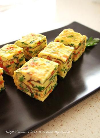 韮とトマトの塩麹厚焼き玉子は、色とりどりで目を引く一品。食卓も明るくなりますよ。  《材料》(4人分) 卵(L)4個 韮 5本 トマト 1個60g位 塩麹 大さじ1