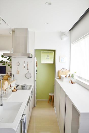 シンプルですっきりとしているのでとても使いやすそうなキッチン。どこにそんなに収納されているの?と思ってしまいますね。