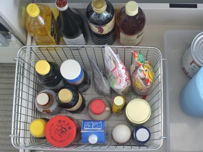 かなり深さのあるキッチンの引き出し。そのまま調味料入れとして使うと、細々したものが使いにくい・・・。こちらでは、無印良品のワイヤーバスケットを使って食品収納をしています。高さのあるビン類なども、これですっきり!