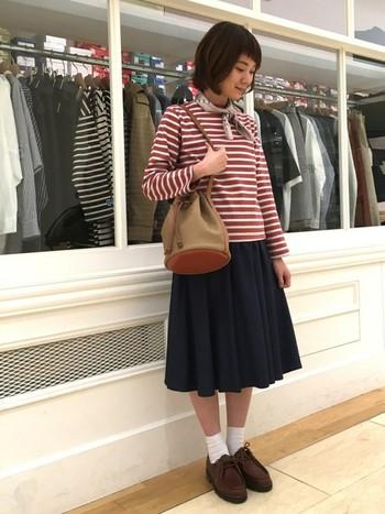 あたたかい色合いののボーダートップスは、ちょっぴりクラシカルなスタイルにも◎ クラシックな雰囲気のバッグと靴、そして首元にはスカーフを巻いて女性らしい着こなしを♪