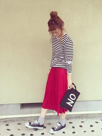 マリメッコのボディラインが美しく見えるボーダーTはシンプルに着るのがいいですね。赤を合わせると一気に女性らしくなります。赤以外の色はベーシックなカラーでまとめるとオシャレ。