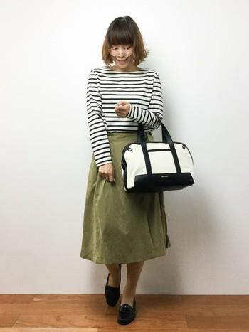 ボーダーTはスカートを合わせた女性らしいコーデもよく似合います。カーキのスカートと合わせて今年らしいコーデを楽しみたいですね。丸メガネもカワイイです。