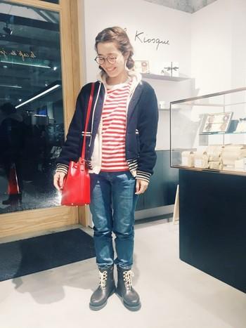 鮮やかな赤が素敵なボーダーTシャツ。ネイビーのジャケットやデニムと合わせれば、トリコロールカラーでマリンの雰囲気が出ていてかわいいですね。トートバッグを合わせたくなりますが、赤のかっちりとしたバッグが個性的でよく似合います。