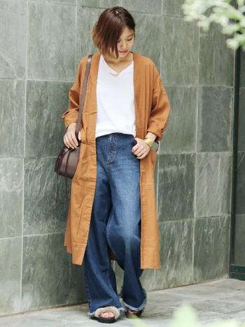 切りっぱなしデニムは引き続き人気です。トレンド感のある裾フリンジのワイドパンツにテラコッタのシャツワンピ、ファーサンダルを合わせて旬のスタイルに♪