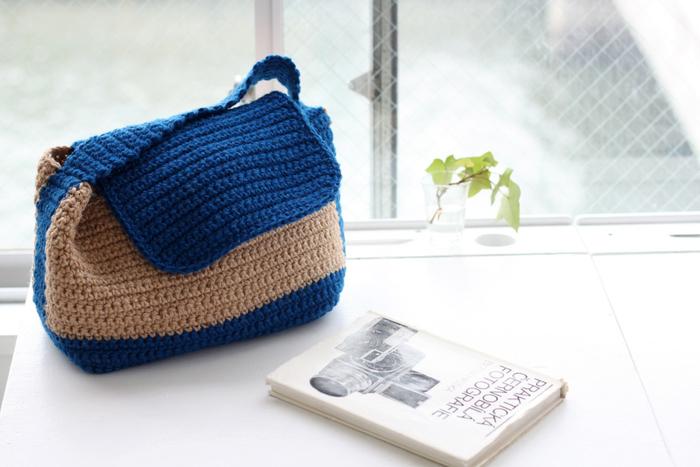 ナチュラルな風合いが魅力の、麻のハンドバッグです。ツートンカラーが爽やかで、夏のおでかけにぴったり。小ぶりだけど、お財布やポーチなど、ちょっとしたおでかけに必要なものは入りそう。 編み針ととじ針さえ用意すれば、すぐに取り掛かれる内容が入っています。