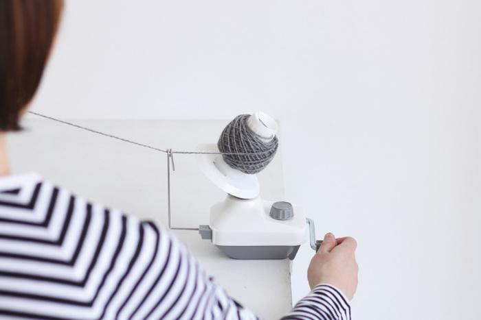 糸を玉巻状にすための、玉巻器。 インテリアになじむモノトーンのスタイリッシュな器械は、見た目だけではなく扱いやすく丈夫で、スムーズに糸を巻き取ることができます。手芸用品ですが、オブジェのように洗練された雰囲気をまとっていますね。なんだか編み物上級者になった気分になれますよ。