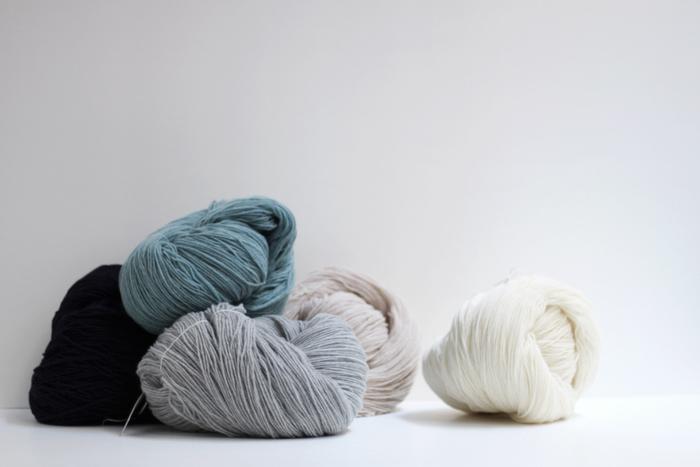 (空気をまぜて糸にしたウールアルパカ) 最高級のメリノウールにベビーアルパカを混合していて、糸の表面が空気を含んだパイル状になっている、とても軽い毛糸。複数の色を混ぜ合わせて色をつくるトップ染めだから、色に奥行きが感じられます。