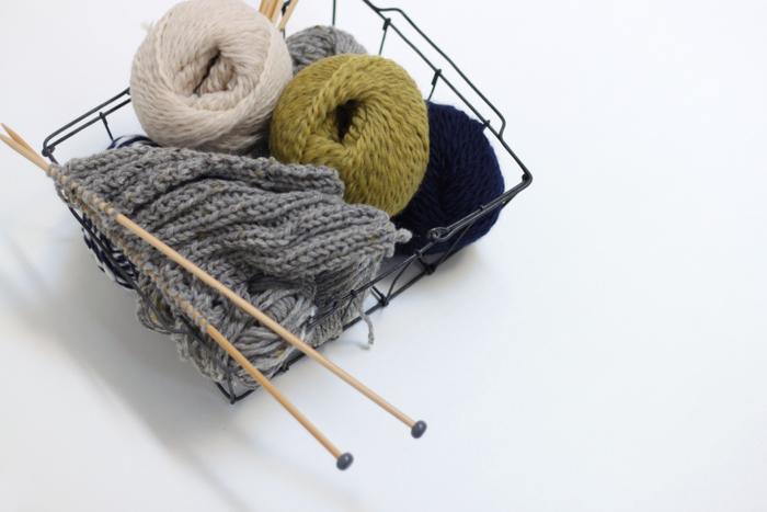 丈夫で耐久性に優れている竹を使い、編み心地も程よい滑らかに調整した玉付きの編み針です。気持ちよくすいすい編め、針先も比較的丸めにつくられ毛糸を刺してしまわないように配慮されているアイテム。 フォルムも、どことなくセンスを感じ、使ってみたくなる雰囲気が漂っています。