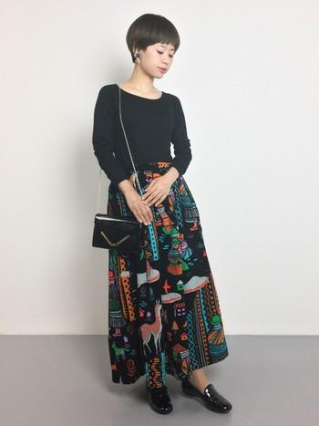 レトロな柄のロングスカートにブラックのアイテムで合わせたクラシカルな大人コーディネート。エナメルやレザーなど、黒の異素材使いはぜひ参考にしたいですね。