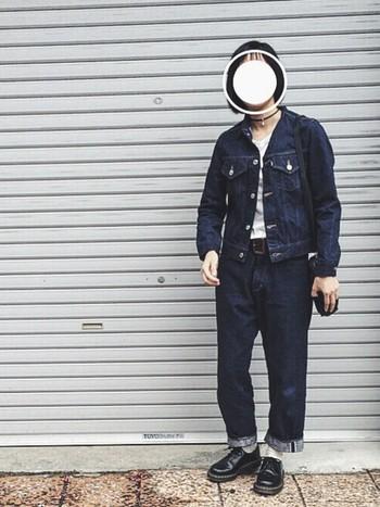 デニムジャケットにデニムパンツを合わせたデニムオンデニムコーディネート。ブラックのギブソンシューズでちょっぴりハードな印象に。