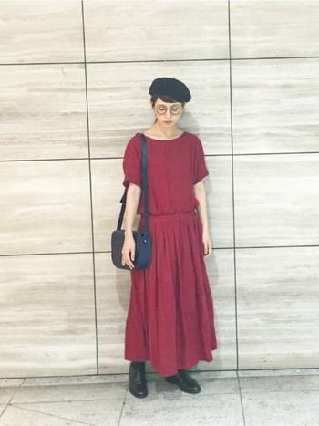 トレンドのマキシワンピースにベレー帽をコーディネート。さらにメガネをプラスすると芸術の秋に相応しいアーティスティックな印象に。