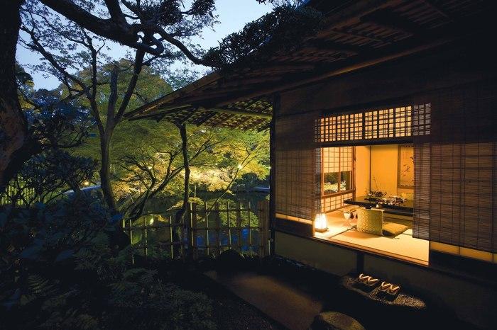 築100年を超える建物に一歩足を踏み入れると、そこは別世界が広がっています。全室個室の部屋からは、四季折々で美しい景色を見せてくれる日本庭園を眺めることができます。結婚披露宴、顔合せ、プロポーズの場、結婚記念日などにも使われており、大切な人と特別なひとときを過ごしたい人にぴったりの場所です。