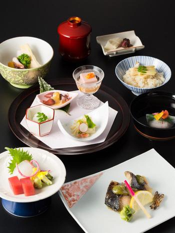 懐石料理の味はもちろんのこと、色遣いの美しさ、豪華さには思わずため息が出てしまうはずです。