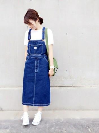 デニムのジャンパースカートは幼く見えない?と不安な方にもおすすめしたいのが、使いやすいミモレ丈のオーバーオールスカート。ほど良く広がりを抑えたフレアラインなら、大人の女性でも可愛らしく着こなせますよ♪