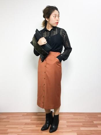 トレンドカラーであるテラコッタ(れんが色)のロングタイトスカートが主役の大人シンプル。タイトなはんぱ丈と合わせることで、より大人っぽい雰囲気がUPしますね。トップスはinして、スタイル良くきめましょう。