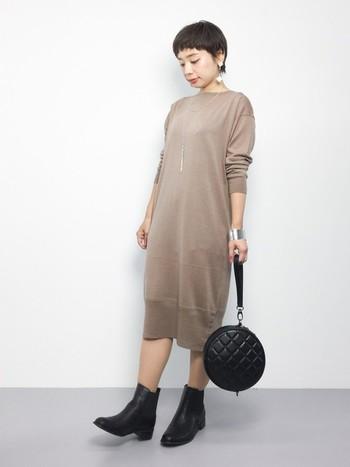 女性らしいスモーキーピンクのニットワンピに、黒のショートブーツを合わせて。大人シンプルにエレガンスな雰囲気をプラスして…♪