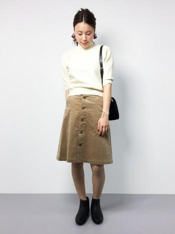 すっきりとしたシンプルさが可愛らしい、スカート×ニットのレディースカジュアル。コーデュロイのスカートやニットなどの素材感と、ショートブーツの組み合わせが秋を感じさせます。
