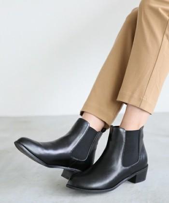 絶対にはずさないショートブーツとしておすすめなのが、黒のサイドゴアブーツ。最近とても人気ですよね。無駄のないフォルムが、コーデ全体を足元からすっきりシンプルにまとめてくれます。茶色やグレーなど様々なカラーバリエーションも個性的で素敵ですが、今回はあえてド定番の黒をおすすめします。