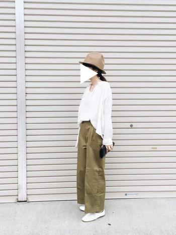 やわらか素材のホワイトのシャツにカーキのワイドパンツをあわせて。フェルト素材のベージュのマウンテンハットを取り入れることで、一気に秋顔になりますね。ホワイトにベージュ、カーキのバランスが心地よい3色コーディネートです。