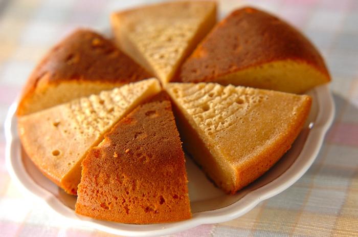市販のキャラメルのお菓子を入れて、香ばしいキャラメル風味のケーキを簡単に。