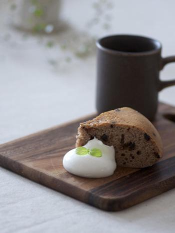 ホットケーキミックスにココアとチョコチップを混ぜて、スイッチオンするだけの超簡単レシピです。朝ごはんにもオススメです。