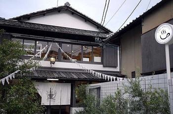 嵯峨野湯は、昔ながらの銭湯をリノベーションしたカフェ。内装には当時の銭湯の面影も残っています。ランチはもちろん、スイーツも絶品です。JR「嵯峨嵐山駅」から徒歩1分。