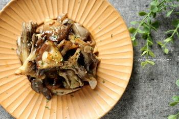 たっぷりきのこをオリーブオイル、にんにく、アンチョビでイタリアン風のソテーに。