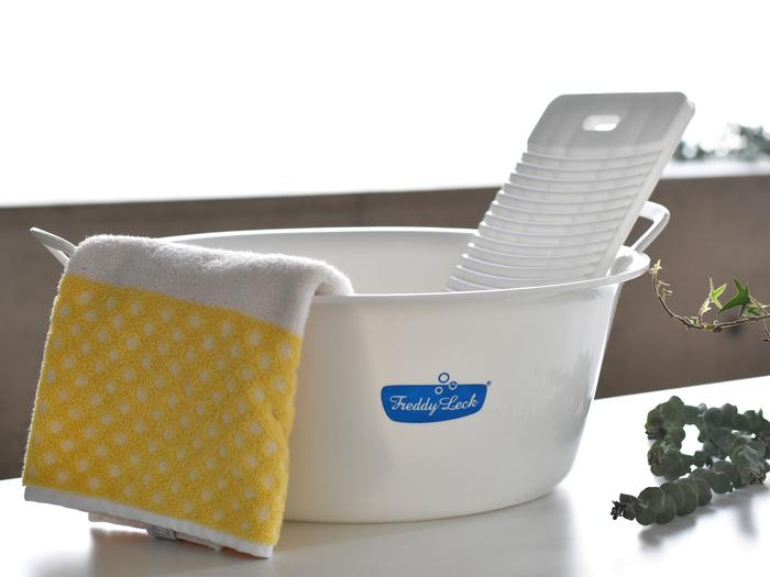 お水を張って洗ったり、浸け置きしたりする時には必要になるウォッシュタブ。 Freddy Leckのランドリーグッズは真っ白なボディに鮮やかな水色のロゴが、爽やかさや清潔感を感じさせてくれますよね♪ 口は広め、高さは深めに作られているので洗いやすく、取っ手もついているので持ち運びもラクラクです。
