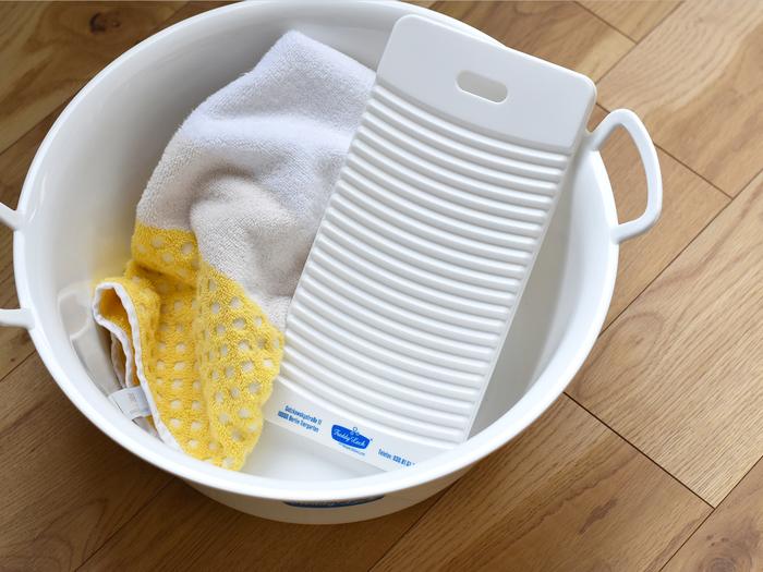 手洗いと言えば、ウォッシュボード。ゴシゴシこすって汚れを落としましょう。 靴下やタオルなど小さいものは全体を洗ったり、シャツの袖口など気になる汚れの部分洗いにも使えます。