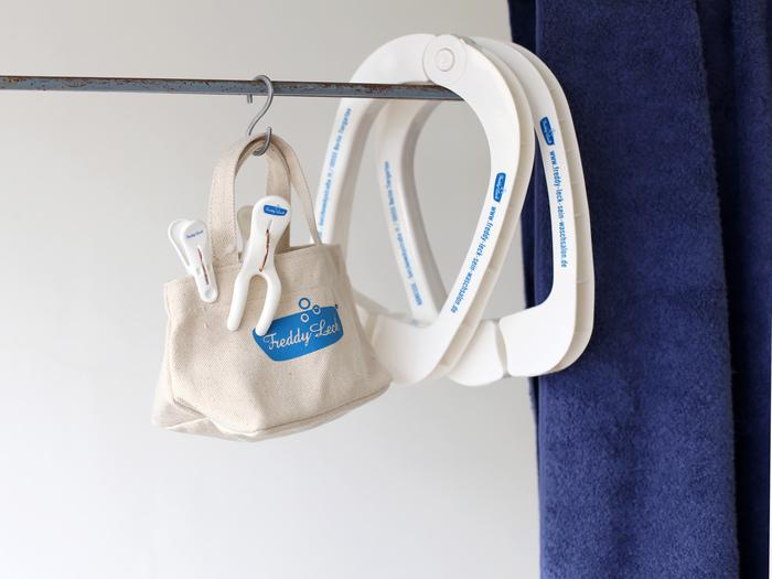 ミニサイズのトートは、洗濯バサミを入れるペグバッグ。 バラバラになって、なくなりがちな洗濯バサミもこのバッグに入れておけば解消♪物干し竿やフックなどに吊るして、サッと取り出せば洗濯もスムーズに。 洗濯シーンだけでなく、小物などの収納などにも使えるので幅広く活躍してくれます◎