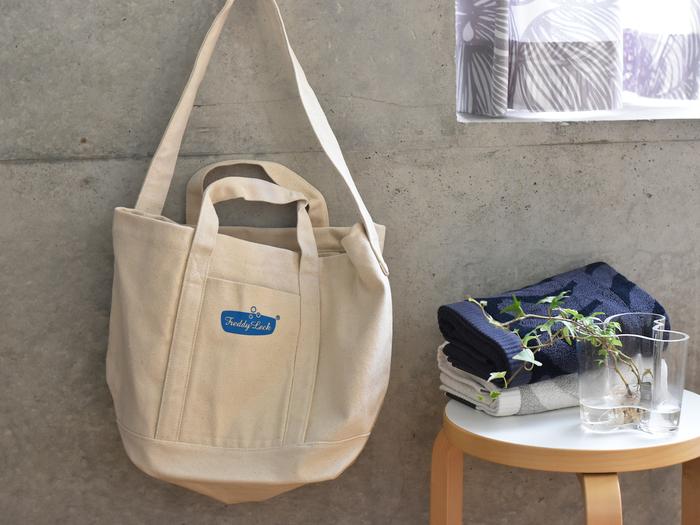 こちらのランドリートートバッグは、クリーニング屋さんに衣類を持ち運ぶ際に使うバッグとして作られたもの。 可愛いトートバッグを使うだけでも、気持ちが明るくなりますよね♪ もちろん機能もしっかりしています。どっさりと入れられるように、大きくマチが取られていて大容量◎さらに、重いものを持ち運びやすいようにと肩にかけられるショルダーストラップもついているんです。
