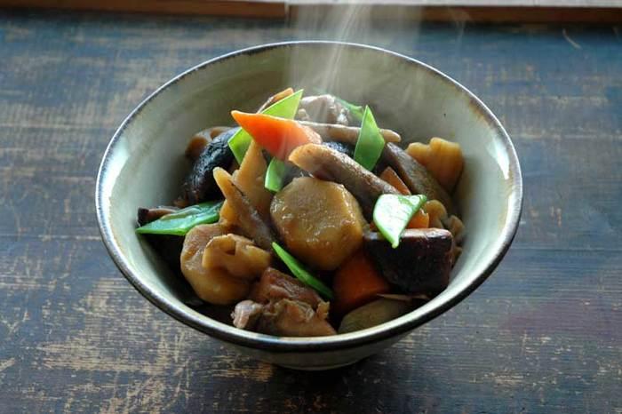 """筑前煮は、季節や地方によって入っている野菜が違ったりしますね。定番の鶏肉、干し椎茸、こんにゃく、れんこん、ごぼうなどの他に、筍や里芋など旬の野菜を加えるのがおすすめです。  筑前煮の作り方で一番大切なのは、具材の""""下ごしらえ""""。手間は掛かりますが、具材の切り方や下準備の方法で仕上がりが大きく変わりますよ。筑前煮はたっぷりの量で作ったほうが美味しくなるので、ぜひ多めの分量で作ってみてください。冷蔵庫で3~4日ほど日持ちするので常備菜としても。"""