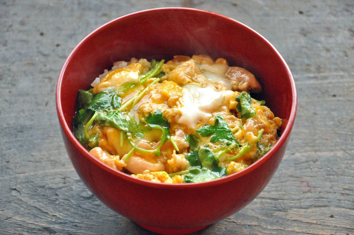 とろっとろの卵とぷりっぷりの鶏肉。卵と鶏肉だけで作れるレシピの手軽さもあって、「親子丼」はとても馴染みのある家庭料理ですが、作り方は意外と難しいもの。ポイントはスピードです! 人数分の鶏肉を、あらかじめ煮汁で煮込んでおきましょう。そうすることにより、卵の火入れ具合にだけ集中することができます。  また、一人分ずつ作るのではなく、人数分をまとめて作るのもおすすめ。卵の固まり具合や味つけのバラツキをふせげます。卵の加減は、とろっとした半熟卵が好きな方は少しだけ卵を残しておいて、火を切る少し前に回し入れるのがポイントです。