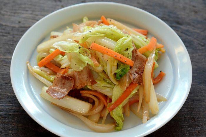 忙しいお母さんがささっと作ってくれる肉野菜炒め。ピリッとさせたいときは七味を足したり、あらびきコショウを足したり。シンプルな料理こそ、美味しく作るのは難しいもの。ポイントは、①野菜の切り方と、②炒め方。この2つのポイントをきちんと押さえれば、お店で食べるようなおいしい野菜炒めを家庭でも作ることができます。  炒める具材は、お好みでOKですが、秋冬には甘みも食感も楽しめる白菜がおすすめです。「野菜の切り方」のコツは、大きさを合わせて火通りを均一に近づけること。「炒め方」のコツは、合わせ調味料をあらかじめ準備しておいて、中火~強火の強めの火加減でサッと炒めること。野菜の水分が出ないよう一気に炒めましょう。熱を逃がさないよう、フライパンは振らずに炒めてくださいね。