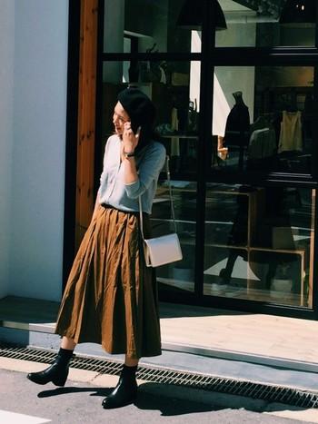 フレアスカート×ニットといった秋の定番シンプルスタイルも、ベレー帽をプラスするだけで可愛らしく、こなれた印象に。前髪を中に入れて、おでこをすっきり見せるのがポイント。初めての方も、黒ならトライしやすいはずです!  スカートの半端丈と、サイドゴアブーツに靴下をあわせた丈感も絶妙で、全身バランス良くまとまっています。