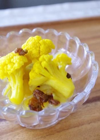 ターメリックとベジブロスで作ったカリフラワーの鮮やかなピクルス。砂糖不使用で優しい甘みを感じるお味。作り置きできるので小鉢料理として、お弁当に詰めるのにもぴったりのプチサラダです。