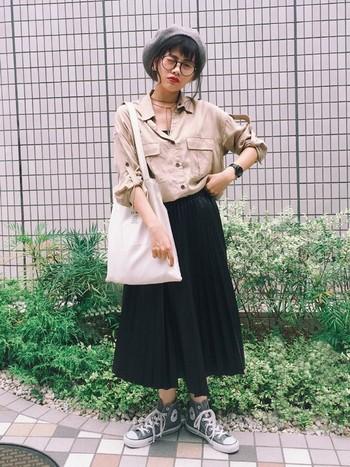 メンズライクなゆったりしたミリタリーシャツを、プリーツスカートとベレー帽でガーリーに仕上げたおしゃれMIXコーデ。ベレー帽×重め前髪×眼鏡のバランスが可愛いですね。  小物は、エコバッグとハイカットのコンバースといったあえてシンプルなアイテムをチョイスして、トップスの個性を引き立てています。