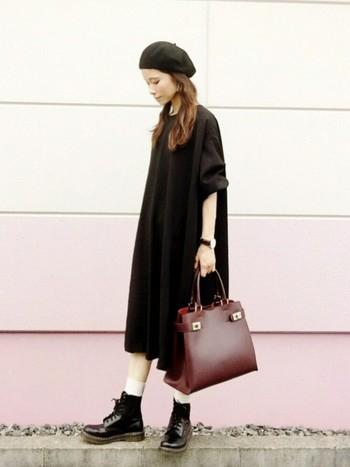ふんわりシルエットのシンプルワンピ×ブーツのラフなスタイリングに、ベレー帽をプラス♪黒のワントーンでまとめているところが、甘くなりすぎず◎!ゆるく巻いておろしたヘアスタイルとベレー帽とのバランスも素敵です。  ブラックコーデに、秋色のボルドーバッグが映えて綺麗!