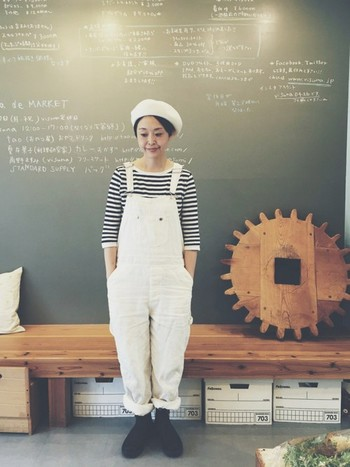 ボーダートップス×ホワイトデニムのサロペットを合わせたシンプルスタイルにも、ベレー帽が程よいアクセントに。ショートヘアなら、サイドの髪を少し出してあげるとバランスが取れてキレイ。  大人の女性があえて、こんな少年っぽいスタイリングをするのも可愛いですよね?色はモノトーンでシックにまとめるのがポイントです。