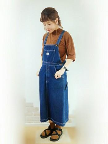 明るめブラウンのトップスにサロペットスカート、トップスと同系色の靴下をあわせて。色合いを茶系にするだけで秋っぽくなりますね♪