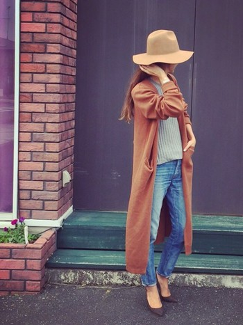 秋色のロングカーディガンを羽織ったラフな休日スタイルも、つば広ハットをかぶるだけで垢抜けた印象に。カーディガンと帽子のカラーをさりげなく合わせているのがポイントですね!