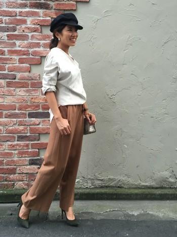 ホワイト×ベージュのコーデにパンプスを合わせた定番きれいめスタイルも、キャスケットをあわせると元気な雰囲気がプラスされて新鮮なスタイリングに!これなら、だれでも簡単に取り入れられそうですよね?