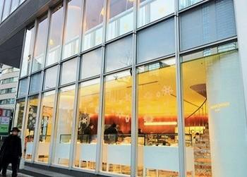 """オーナーは、ヴォーグ誌から""""パティスリー界のピカソ""""""""最も偉大なフランス人パティシエ""""との異名をとるピエール・エルメ氏。青山店は、日本初のフラッグシップ店として2005年にオープンしました。"""