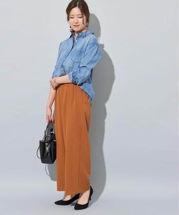 鮮やかなデニムシャツと、トレンドのテラコッタを合わせた爽やかな秋コーデ。黒い小物で引き締めるとシックな雰囲気もプラスされます◎