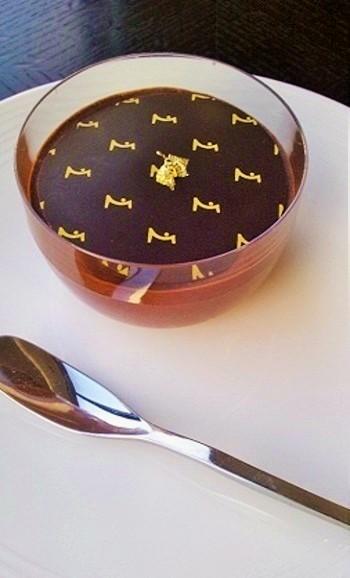 2階でイートインもOK。ムースの上に、薄ーい板チョコが載せられた「チョコレートムース」。