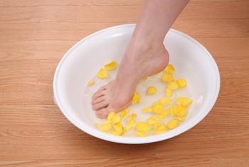 お酢を入れたお湯に足をつけるだけで、足の匂いケアになります。 洗面器1杯のお湯に対してコップ1杯程度のお酢を入れ、10分程度足湯に浸かるだけです。 匂いの気になる季節などに試してみてください。