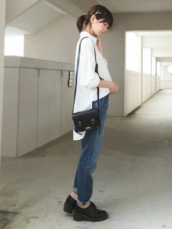 白シャツ×デニムの王道シンプルコーデ。とっても爽やかで清潔感抜群ですね。ゆったり大きめのシャツが、今っぽい感じに仕上げてくれます♪