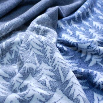 モミの木と夜空が美しいデザインのブランケットは2013年に発表されたものですが、人気のため再登場♪本国スウェーデンでも人気の高さを誇っています。美しい青とのコントラストにストーリー性を感じさせるデザインです。